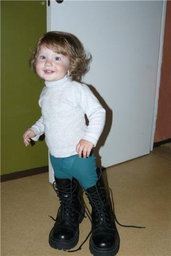 Алиска в папиных ботинках (41 kb)